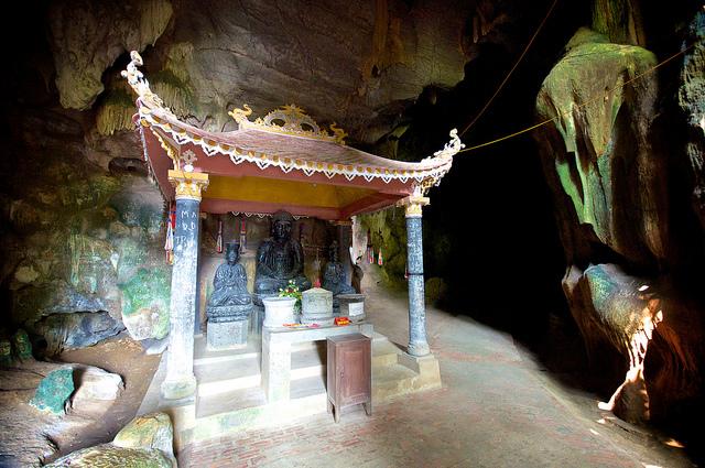 Trong chùa Bích Động Ninh Bình