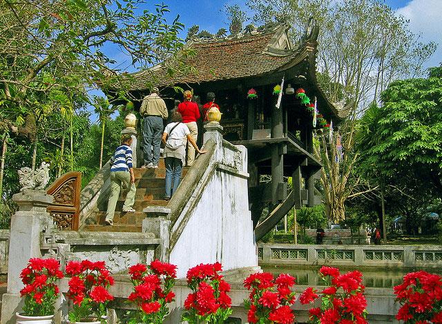 Du khách thăm chùa Một Cột
