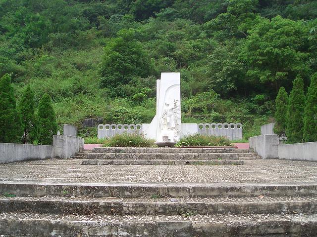 Mộ tượng niêm Anh Kim Đồng - Pác Bó Cao Bằng